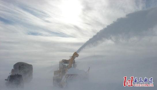 图为扫雪机正在省道201线清除积雪.-新疆塔城额敏县暴风雪25辆车图片