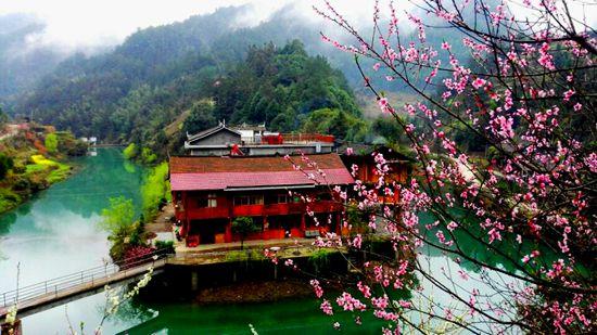 据不完全统计,3月21,桃花源景区接待游客逾1.5万人次.