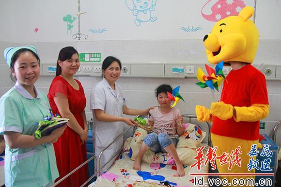 在儿科病房给小朋友送上儿童普读物_副本.jpg