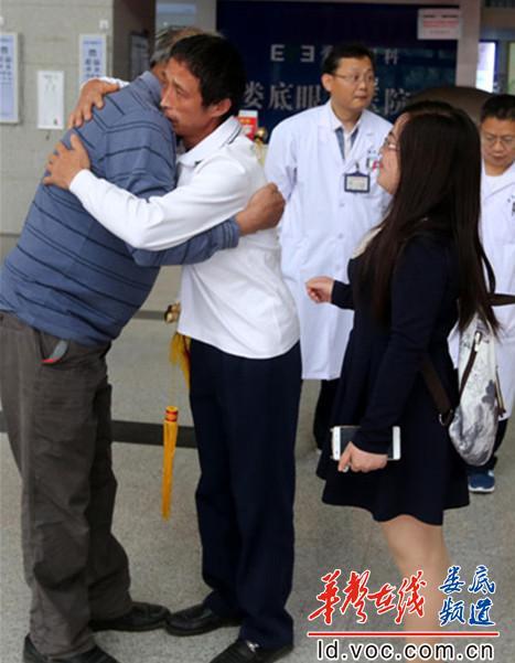 图为,患者吴恒(右)拥抱眼角膜捐献者家属表示感谢。_副本_副本.jpg