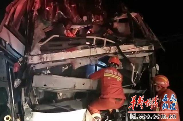 双层巴士追尾货车4人被困涟源消防雨夜紧急救援